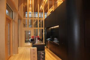 mobile Theke und Küchenzeile im Eingangsbereich