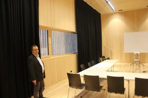Bühne lässt sich als Seminarraum nutzen erklärt Tobias Bischofberger