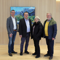 Bürgermeister Tobias Bischofberger (2.v.links) zeigte mit Freude und Stolz den Dorfsaal und Kindergarten Fraktionssprecher Christian Matzek (1.v.l.), Gemeinderäten Margit Miller und Detlef Lübke (ganz rechts)